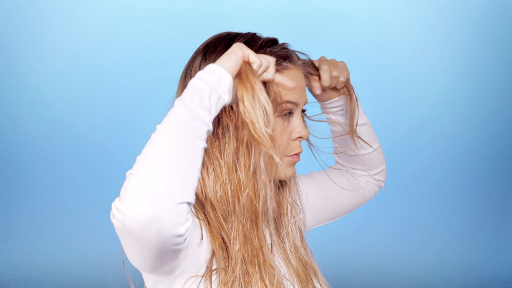 schritt-2-messy-knotted-ponytail