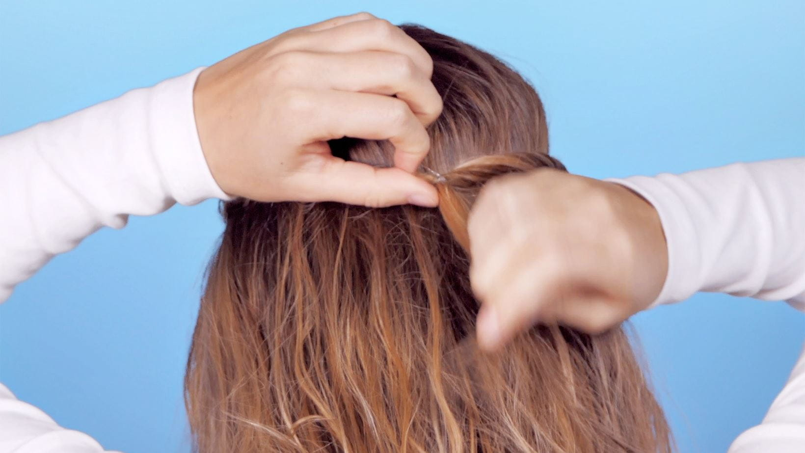 schritt-3-messy-knotted-ponytail